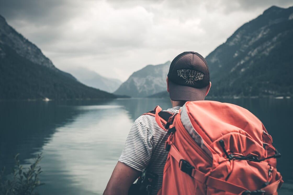 Mochila y río y montaña